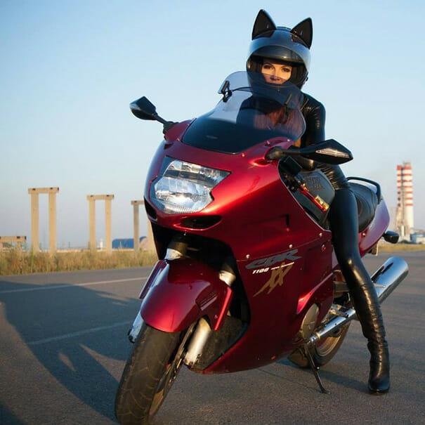 capacete-moto-orelhas-gato_2