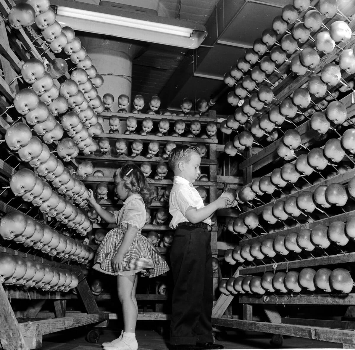 26 Imagens perturbadoras de fábricas de bonecas do passado que farão você ter pesadelos
