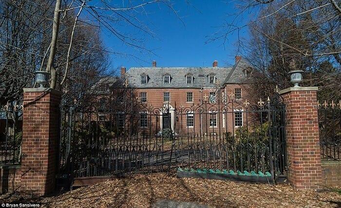 Conheça o interior sombrio de uma mansão que está há 40 anos abandonada