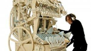 Esta máquina utiliza 2 mil bolas de gude para criar música de forma espetacular! Escute!