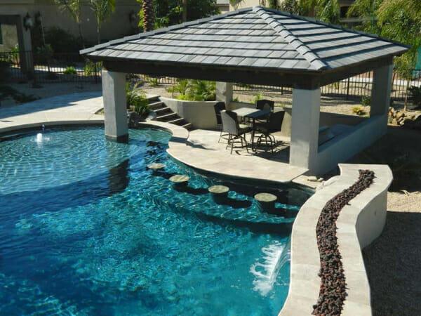 24 modelos belos e criativos de bares constru dos em for Modelos de piscina familiar