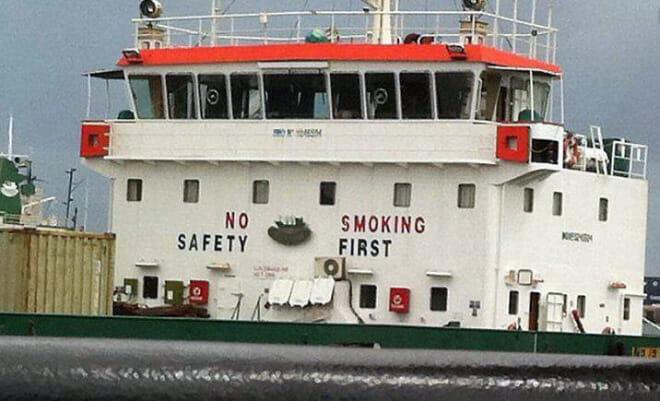 Tradução:  Proibido Fumar - Segurança em Primeiro Lugar OU Proibido Segurança - Fumar em Primeiro lugar