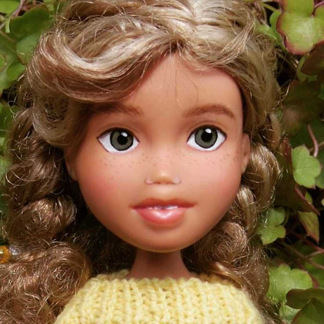 Mulher Remove Maquiagem De Bonecas Dando a Elas Um Aspecto Realista Antes de Vendê-las. O Resultado É...