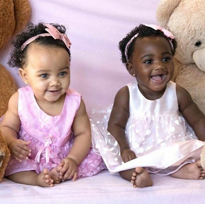Essas Lindas Meninas De Diferentes Tons de Pele São Irmãs Gêmeas