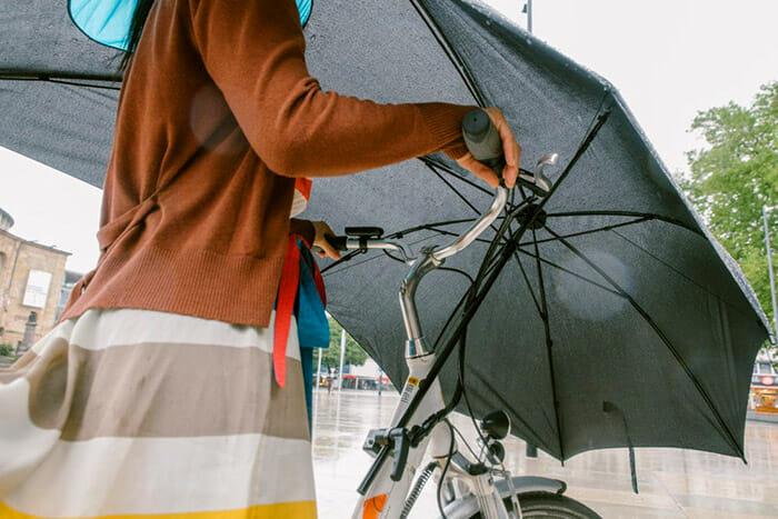 Inventaram Um Guarda-Chuva Bizarro Para Andar De Bicicleta Em Dias De Chuva