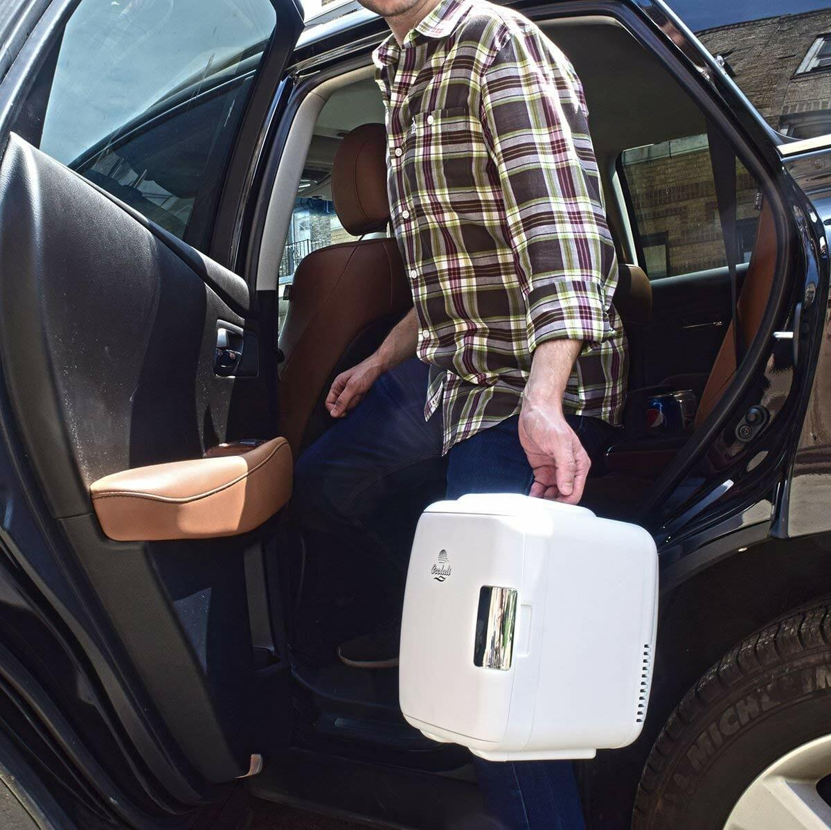 Mini Geladeira Portátil Facilita a Vida de Quem Não Sai da Frente do Computador