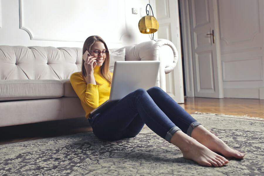 Mulher buscando informações sobre produtos em motores de busca