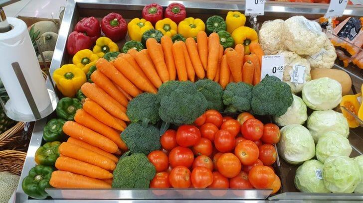 Legumes organizados por cores em um supermercado