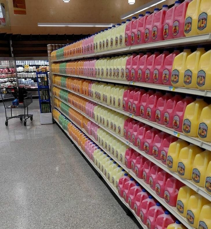 Produtos da seção de limpeza de um supermercado organizados