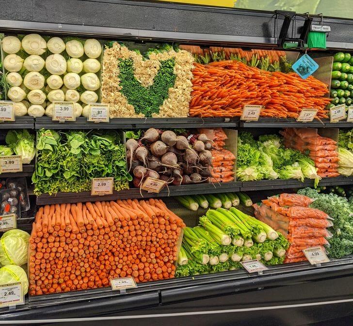 Vegetais organizados em um supermercado